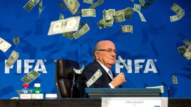 Comediante lanza billetes a Joseph Blatter