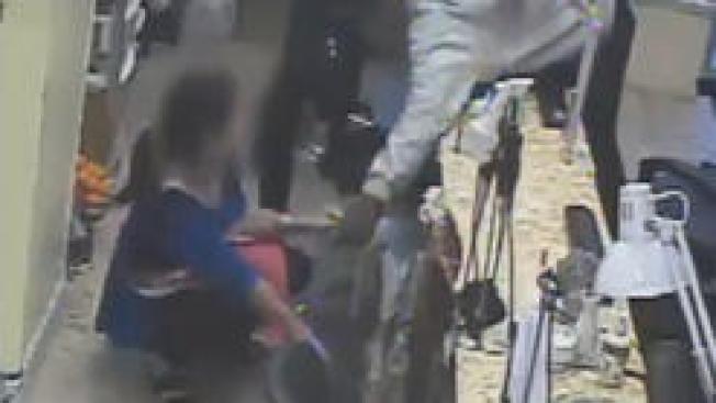 Ladrón se hace manicura antes de robar