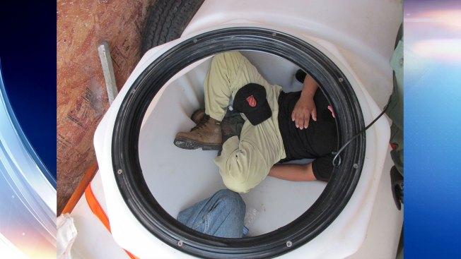 Encuentran indocumentados dentro de tanque