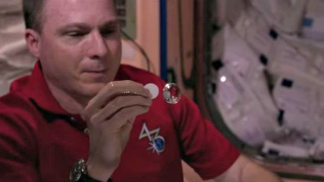 Tomarse una soda en el espacio es un reto