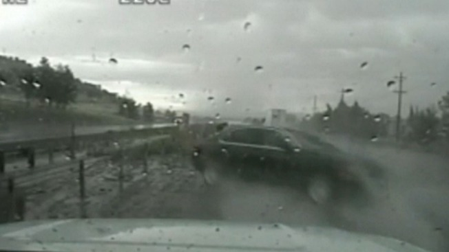 Video: Auto fuera de control arrastra a policía