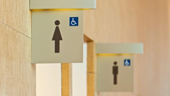 Bloquean uso ilimitado de baños a estudiantes transgénero