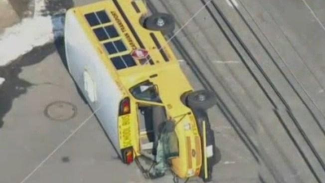 Autobús se vuelca con niños en su interior