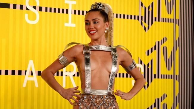 Miley Cyrus deja ver mucho en premios de MTV