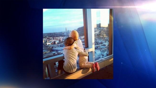 Una foto de dos niñas con cáncer se hace viral