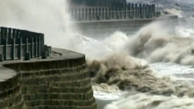 Súper olas se forman en un río de China