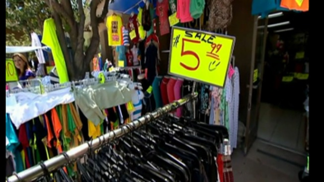 Mexicanos gastan menos por la devaluación
