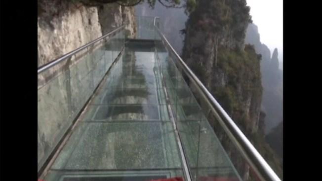 Se rompe panel en puente de cristal