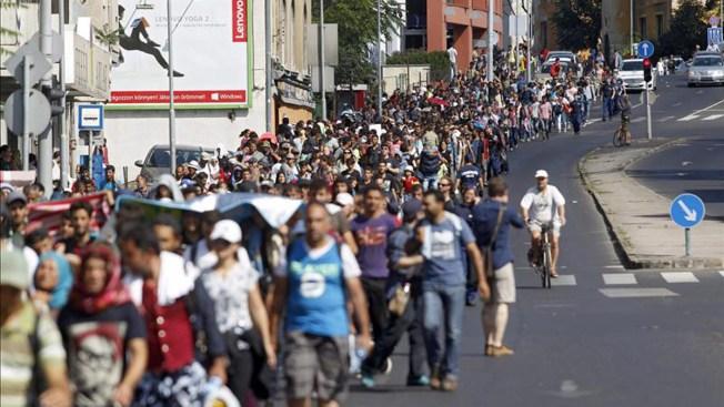 Ofrecen a refugiados buses hasta la frontera