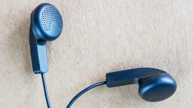 Vinculan pérdida de audición a uso de audífonos