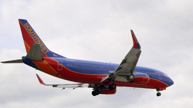 Camión choca con avión de Southwest
