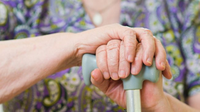 Lo acusan de patear a mujer centenaria