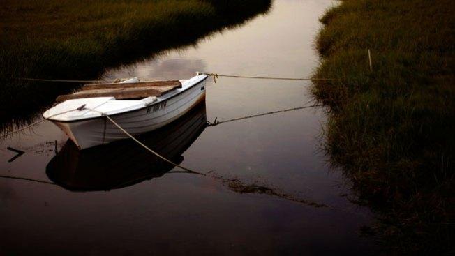 Muere ahogado tras volcarse en arroyo