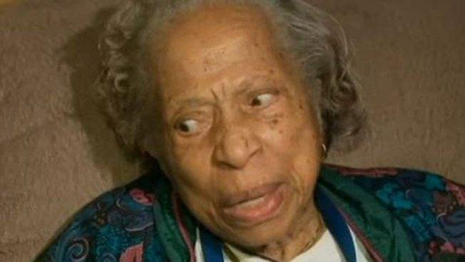 Anciana muerde el dedo de su atacante