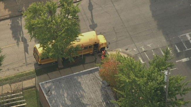 Atacan autobús escolar con un bate