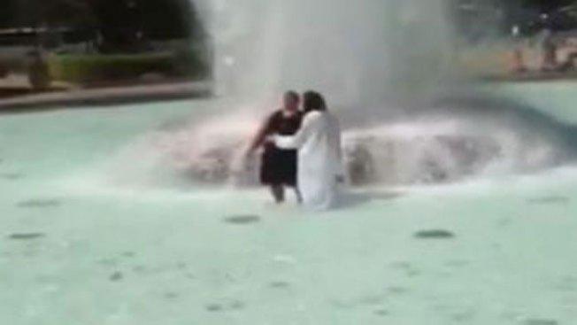 """""""Jesús"""" realiza """"bautizos"""" en el Love Park"""
