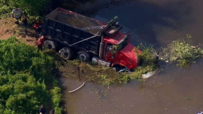 Camión cae en carro y mata a conductor