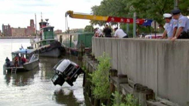 Muere tras su carro caer en Río Delaware