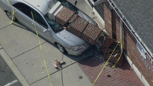 Carro se estrella contra edificio