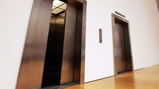 Muere al caer por hueco de elevador
