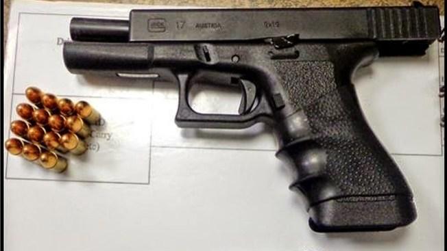 Pistola cargada en el bolso de una bebé