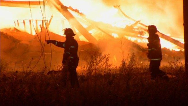 Huye en llamas de descomunal incendio