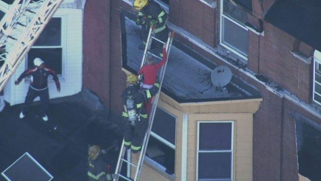 ¡Bomberos y vecinos se unen en rescate!