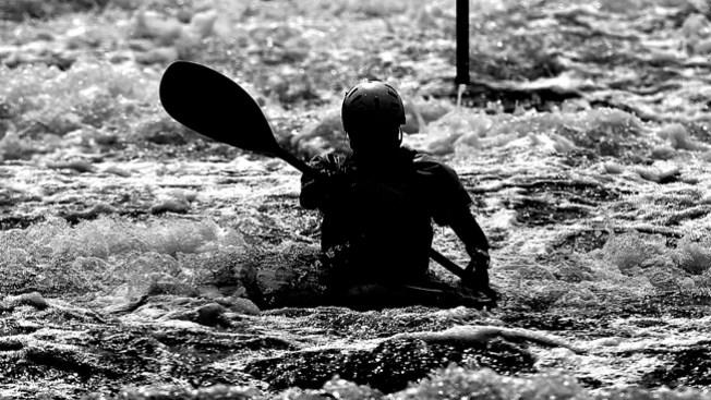 Fallece mujer tras volcarse su kayak