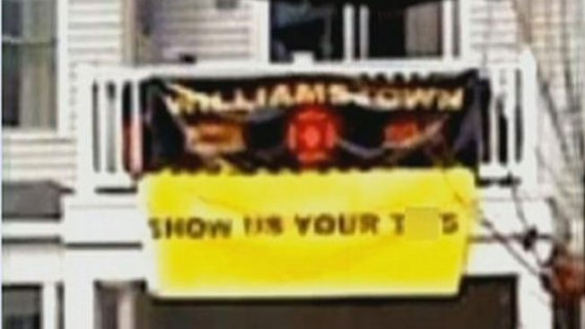 Bomberos bajo fuego por cartel obsceno