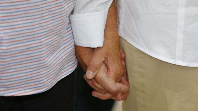 Funcionaria insiste en detener bodas gay