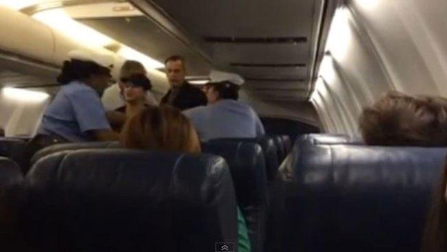 Mujer escandalosa es sacada de avión