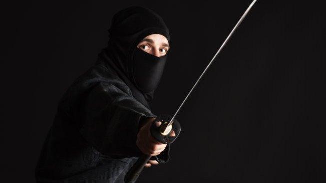 Ataca a su tío, ¡vestido de ninja!