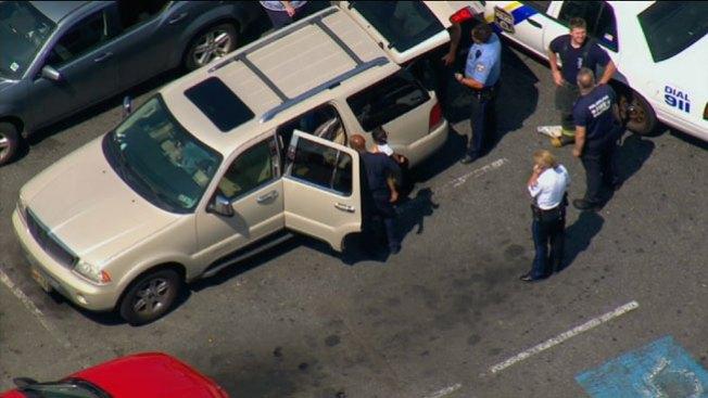 Mujer deja cinco niños en un carro