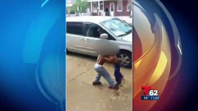 Niños pelean mientras adultos ríen