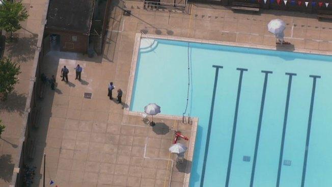 Niños reciben descarga en una piscina