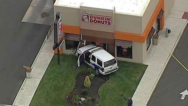 Policía se estrella contra Dunkin' Donuts