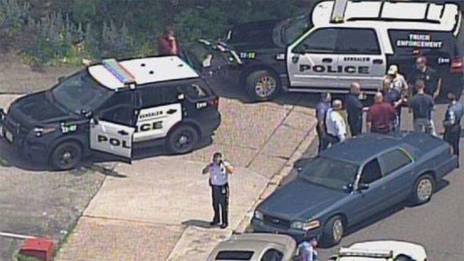 Fugitivo ataca a policía y se roba su auto