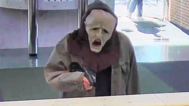 Roba un banco con careta de Halloween
