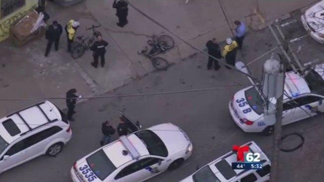 Atropella a oficial y arrastra bicicleta