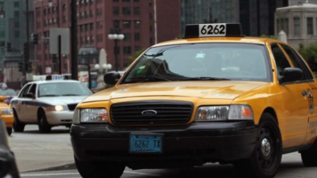 Taxista es hallado muerto en su vehículo