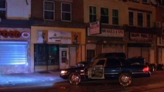 Muere hombre baleado en su carro