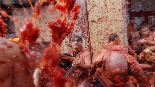 Miles se bañan en tomate en España