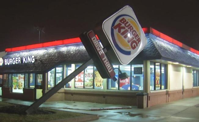 Fuertes vientos derriban letrero de Burger King