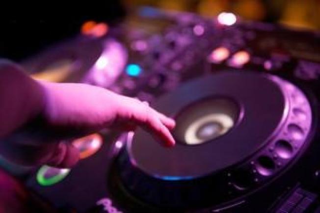 Mujer demanda a club por golpe que le dio DJ