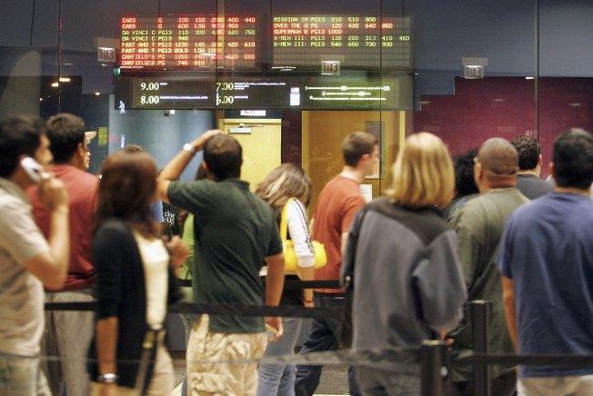 Por tiroteos, revisan bolsos en cines de EEUU