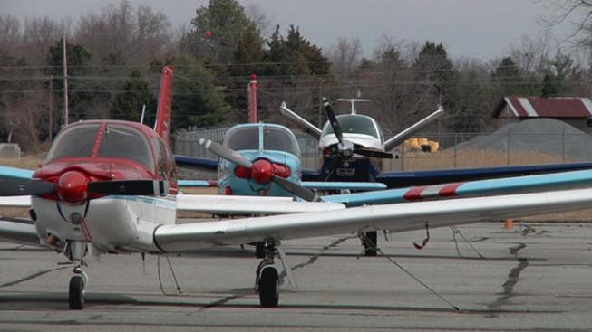 Avioneta se estrella contra verja en Allentown