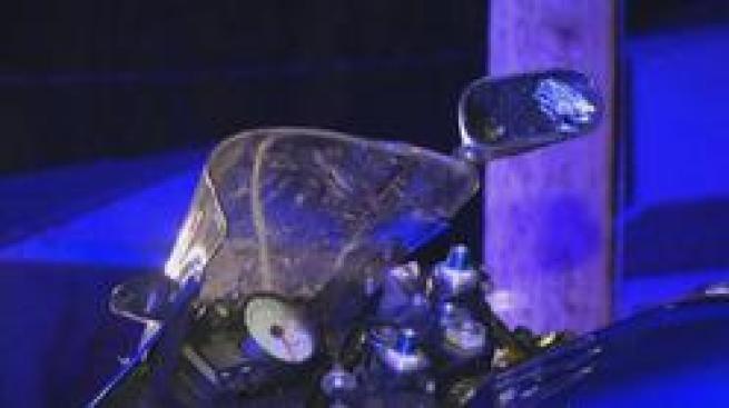 Motociclista se estrella contra auto estacionado